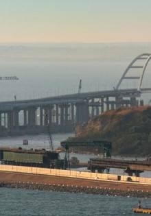 Часть Крымского моста обвалилась: фото и видео